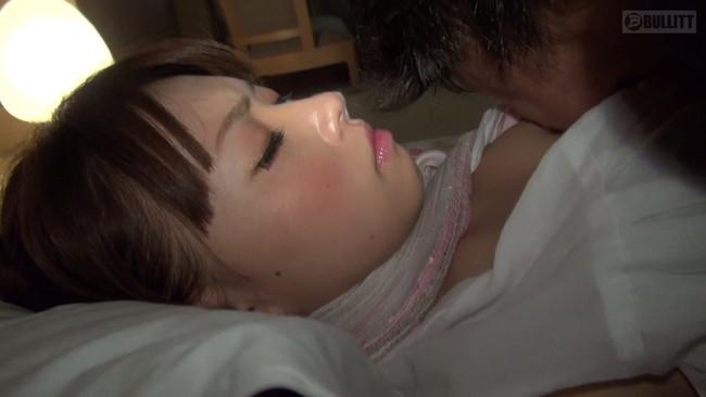 【おっぱい】乳首を尖らせ悶え喜ぶ!感度良好で感じやすいと言われる貧乳人妻さんたちのおっぱい画像がエロすぎる!【30枚】 29