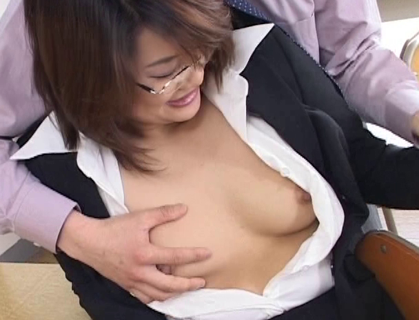 【おっぱい】スーツでメガネ姿が色っぽさを演出して誰もがセックスをしたくなる憧れの女教師たちのおっぱい画像がエロすぎる!【30枚】 27