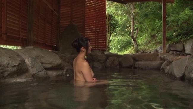 【おっぱい】ひたすら温泉に入りまくるだけの上級者向けフェティッシュAV!温泉に入る美熟女たちのおっぱい画像がエロすぎる!【30枚】