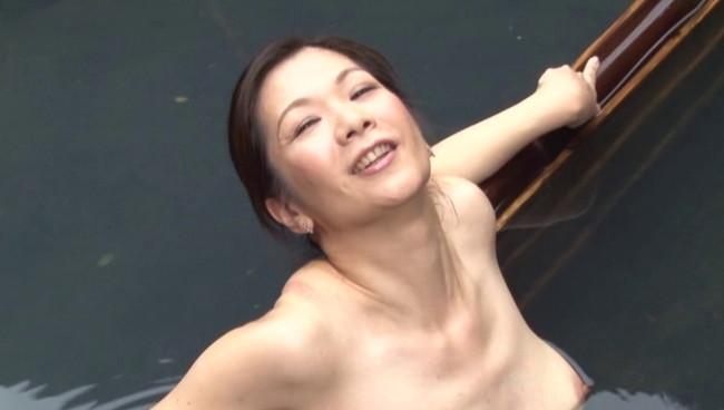 【おっぱい】ひたすら温泉に入りまくるだけの上級者向けフェティッシュAV!温泉に入る美熟女たちのおっぱい画像がエロすぎる!【30枚】 05