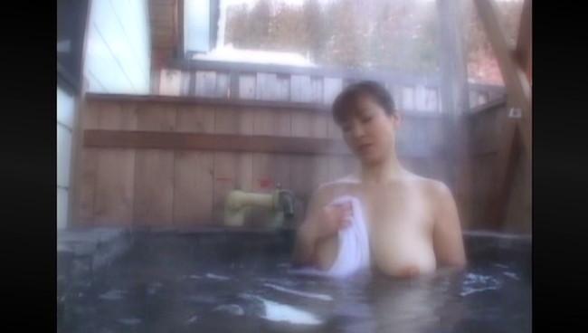 【おっぱい】ひたすら温泉に入りまくるだけの上級者向けフェティッシュAV!温泉に入る美熟女たちのおっぱい画像がエロすぎる!【30枚】 19