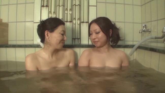 【おっぱい】ひたすら温泉に入りまくるだけの上級者向けフェティッシュAV!温泉に入る美熟女たちのおっぱい画像がエロすぎる!【30枚】 21