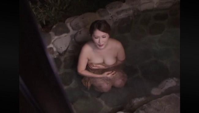 【おっぱい】ひたすら温泉に入りまくるだけの上級者向けフェティッシュAV!温泉に入る美熟女たちのおっぱい画像がエロすぎる!【30枚】 25
