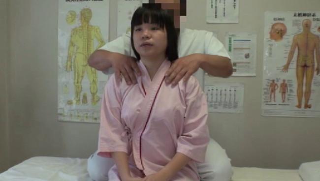 【おっぱい】悪徳整体治療院で猥褻施術を受けながらもものすごく感じちゃっている女の子のおっぱい画像がエロすぎる!【30枚】 26