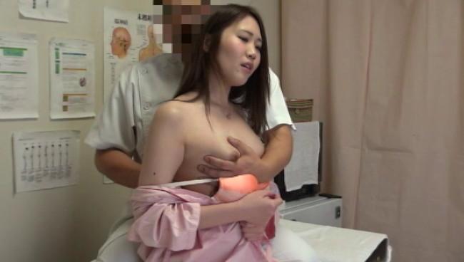 【おっぱい】悪徳整体治療院で猥褻施術を受けながらもものすごく感じちゃっている女の子のおっぱい画像がエロすぎる!【30枚】 30