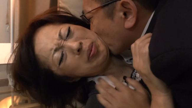 【おっぱい】旦那のリストラ、出世等々権限を持っている上司に寝取られ堕ちてしまう人妻さんたちのおっぱい画像がエロすぎる!【30枚】 24