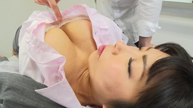 【ムチムチ巨乳】ムチムチ巨乳の女教師のブラウス脱がして乳首吸いまくって寝取っちゃった巨乳女教師のおっぱい画像集w 15