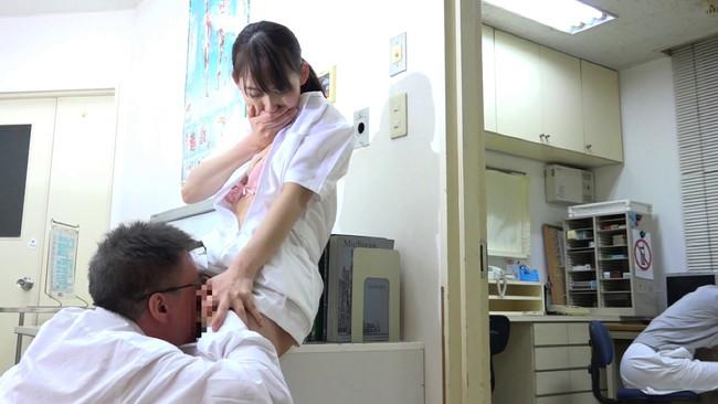 【おっぱい】女子病棟が女だらけ!母親の見舞いに来た男性を誘惑してセックスしちゃう女の子たちのおっぱい画像がエロすぎる!【30枚】 04