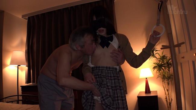 【おっぱい】立ちバックで生挿入!生中出し!されちゃった吊り革を掴んだままの痴漢デリヘル嬢の女の子のおっぱい画像がエロすぎる!【30枚】