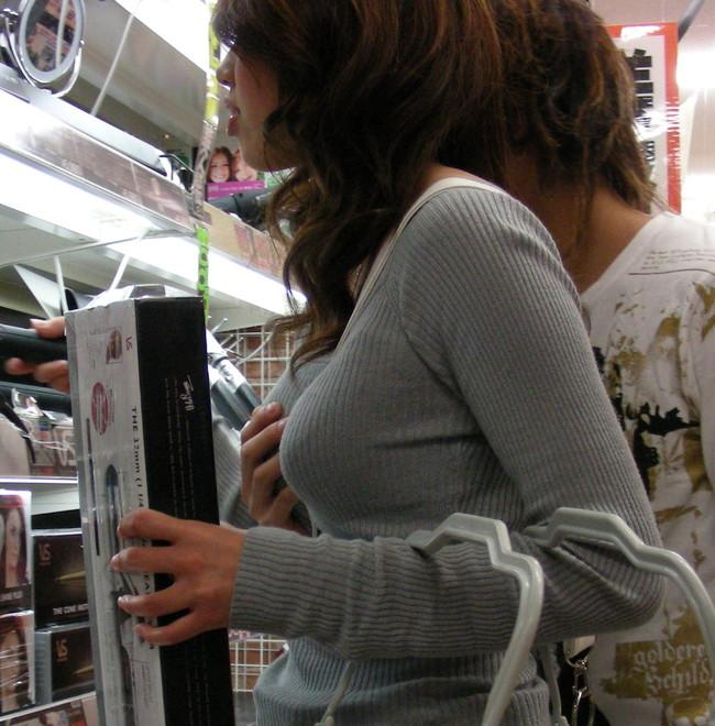 【おっぱい】街中で体のラインをひけらかすかのようなニットの服を着ている女の子たちのおっぱい画像がエロすぎる!【30枚】