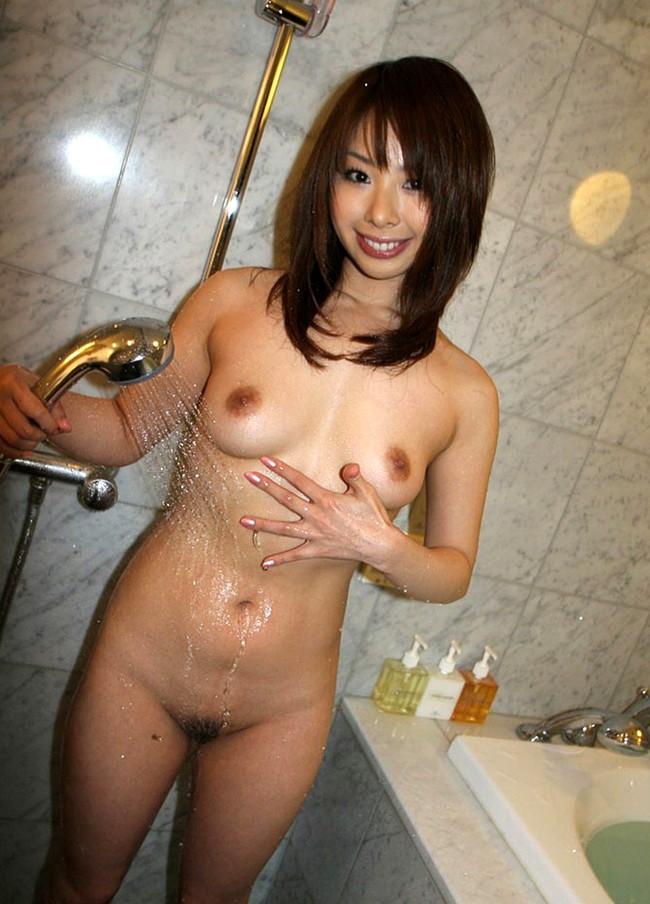 【おっぱい】シャワーを浴びながら魅力的なカラダのラインを見せびらかしちゃっている女の子たちのおっぱい画像がエロすぎる!【30枚】 12