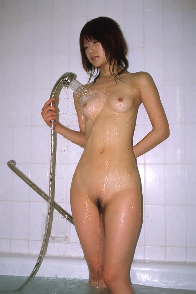 【おっぱい】シャワーを浴びながら魅力的なカラダのラインを見せびらかしちゃっている女の子たちのおっぱい画像がエロすぎる!【30枚】 15