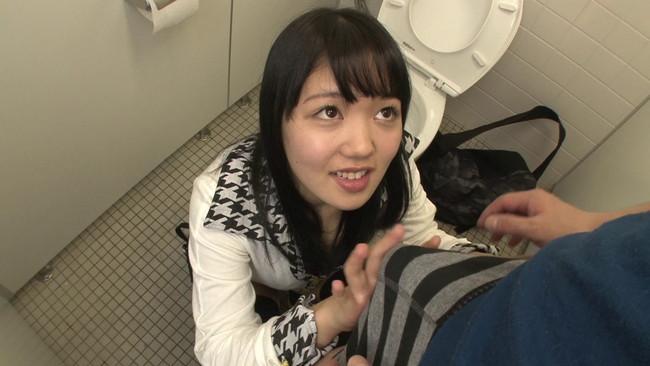 【おっぱい】街の女子トイレが着替えがのぞける穴場スポット!トイレでセックスしちゃう街に繰り出す女子校生たちのおっぱい画像がエロすぎる!【30枚】