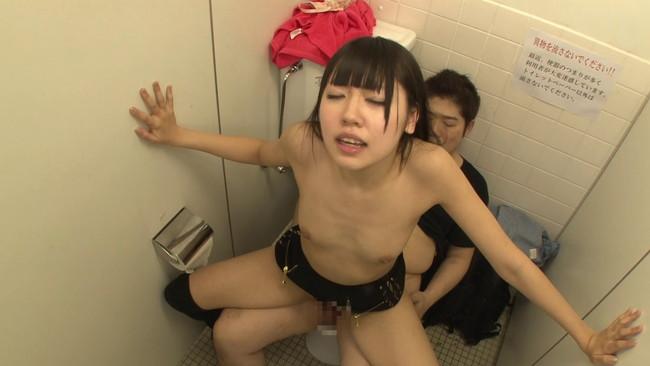【おっぱい】街の女子トイレが着替えがのぞける穴場スポット!トイレでセックスしちゃう街に繰り出す女子校生たちのおっぱい画像がエロすぎる!【30枚】 17