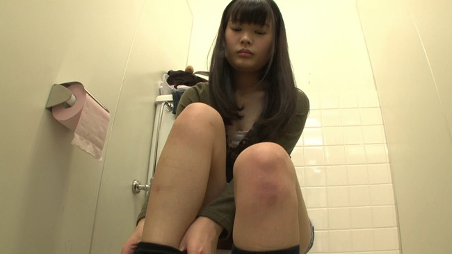 【おっぱい】街の女子トイレが着替えがのぞける穴場スポット!トイレでセックスしちゃう街に繰り出す女子校生たちのおっぱい画像がエロすぎる!【30枚】 24