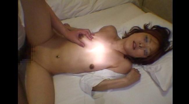 【おっぱい】素人投稿サイトにセックスしまくりの動画をアップしちゃうド変態でパイパンな素人娘たちのおっぱい画像がエロすぎる!【30枚】 25
