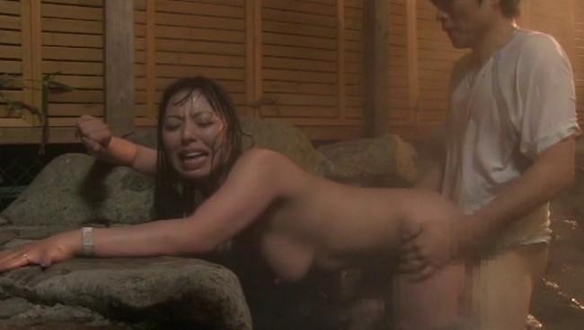 【おっぱい】真心込めた接客でお客様をもてなしてくれる!溢れ出る色香に誘われる温泉旅館の女将のおっぱい画像がエロすぎる!【30枚】 21
