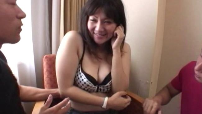 【おっぱい】巧みな話術でナンパされてセックスしちゃう街角で暇そうでスケベそうな人妻さんたちのおっぱい画像がエロすぎる!【30枚】 20
