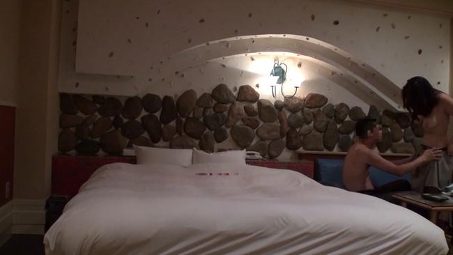 【おっぱい】ラブホテルから流れ出てきた禁断の映像!不倫を楽しむハイテンション人妻さんたちのおっぱい画像がエロすぎる!【30枚】 28