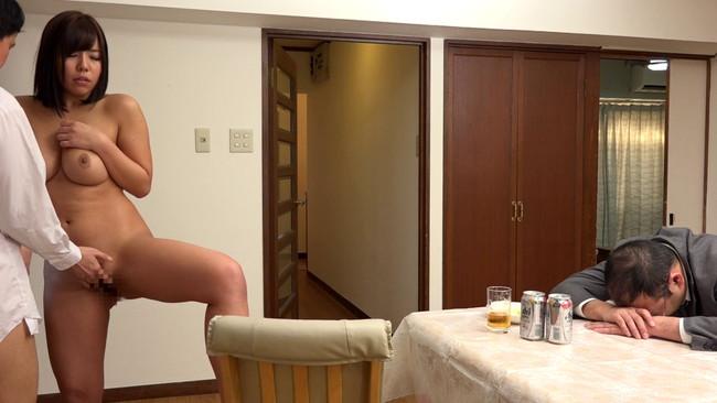 【おっぱい】風呂上りにボインがポロリ!胸の谷間やパンチラを部下に見せつけてくる上司の奥さんのおっぱい画像がエロすぎる!【30枚】 05