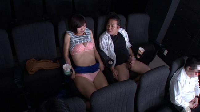 【おっぱい】映画よりもスカートから覗く生足が気になって仕方がない!ミニスカートのソソる美女たちのおっぱい画像がエロすぎる!【30枚】 15