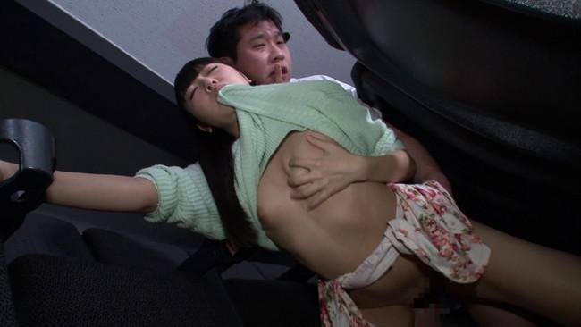 【おっぱい】映画よりもスカートから覗く生足が気になって仕方がない!ミニスカートのソソる美女たちのおっぱい画像がエロすぎる!【30枚】 22