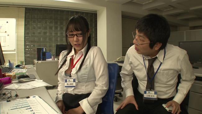 【おっぱい】二人っきりの残業中、エロ動画を見ながらオナニーの真っ最中!真面目でカワイイ新入女子社員のおっぱい画像がエロすぎる!【30枚】 04