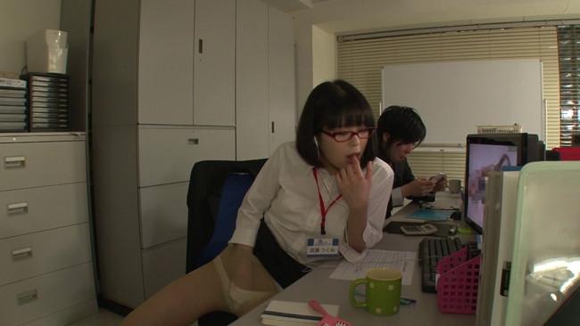 【おっぱい】二人っきりの残業中、エロ動画を見ながらオナニーの真っ最中!真面目でカワイイ新入女子社員のおっぱい画像がエロすぎる!【30枚】 17