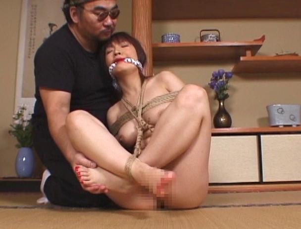 【おっぱい】「一番恥ずかしい緊縛」と口々に言う胡坐縛りでなんだか感じちゃっている女性たちのおっぱい画像がエロすぎる!【30枚】 11