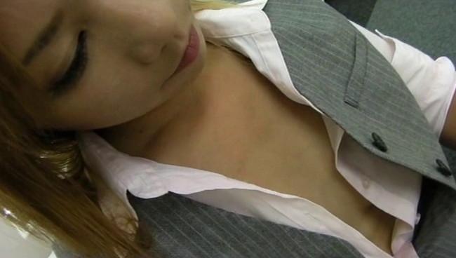 【おっぱい】無防備な胸元がちらりと覗くも気がついていない!?仕事に夢中なOLさんたちのおっぱい画像がエロすぎる!【30枚】 01