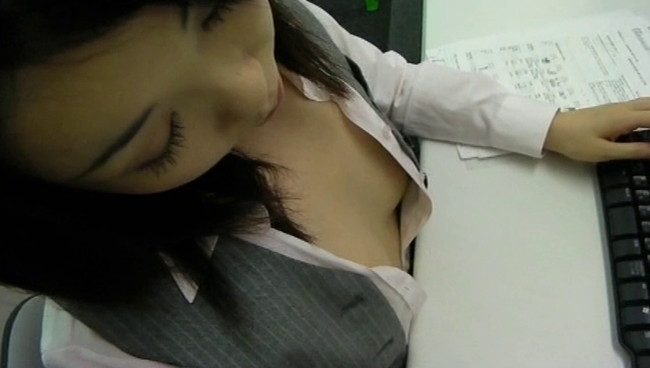 【おっぱい】無防備な胸元がちらりと覗くも気がついていない!?仕事に夢中なOLさんたちのおっぱい画像がエロすぎる!【30枚】 19