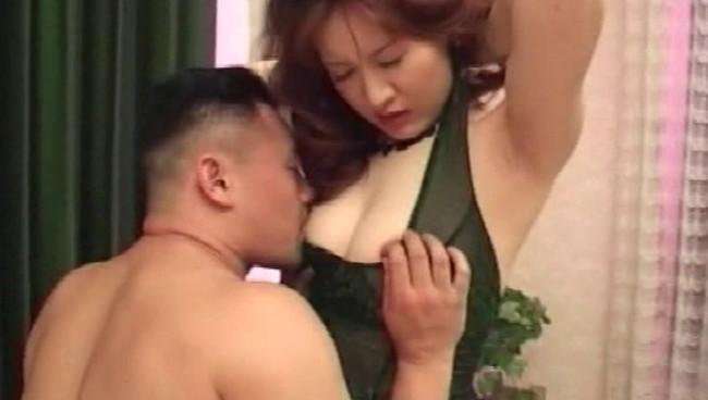 【おっぱい】秘密の昼下がり、旦那以外の男性と不倫セックスをとめどなくしちゃっている人妻さんたちのおっぱい画像がエロすぎる!【30枚】 12