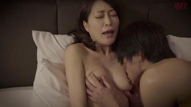【おっぱい】母親とセックスがしたくてリゾートホテルに誘い出した息子の勃起に欲情した母親たちのおっぱい画像がエロすぎる!【30枚】 18