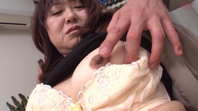 【おっぱい】年齢を重ね色気を増した女性の頭の中はチ〇コでいっぱい!本能丸出しでセックスをする熟女さんたちのおっぱい画像がエロすぎる!【30枚】 01