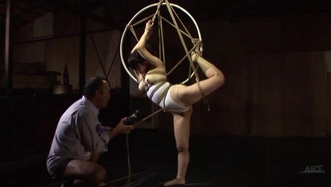 【おっぱい】全裸に下着にレオタードに!緊縛プレイで縛り上げられて吊るし上げられちゃっている女の子たちのおっぱい画像がエロすぎる!【30枚】 30