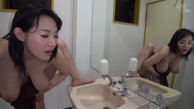 【おっぱい】これだから全裸の放尿シーンは病みつきになる!カメラの前で勢いよくおしっこする女の子たちのおっぱい画像がエロすぎる!【30枚】 10