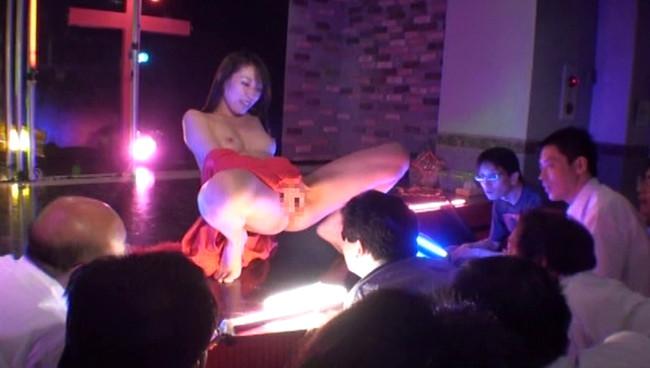 【おっぱい】衣装を脱ぎカラダをあらわにするダンサーに客席から歓声!ストリップショーを盛り上げる女の子たちのおっぱい画像がエロすぎる!【30枚】 12