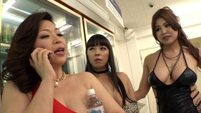 【おっぱい】ムチムチボディの餌食になる!クラブに現れた時代遅れのデカ尻デカ乳ボディコン熟女たちのおっぱい画像がエロすぎる!【30枚】