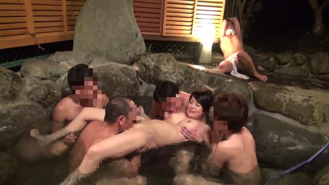 【おっぱい】ひと気がない露天風呂が故に誰にも気付かれず男たちの欲望に巻き込まれてしまう女性たちのおっぱい画像がエロすぎる!【30枚】 08