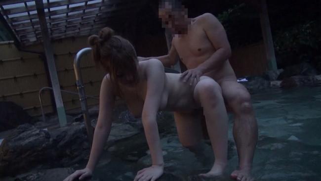 【おっぱい】ひと気がない露天風呂が故に誰にも気付かれず男たちの欲望に巻き込まれてしまう女性たちのおっぱい画像がエロすぎる!【30枚】 24