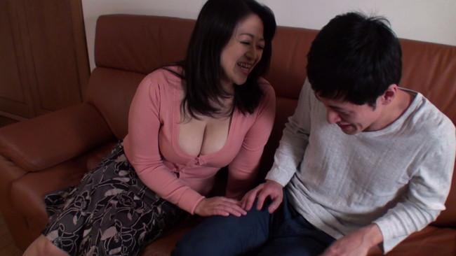 【おっぱい】若い男に抱かれてみたい願望の強く、とうとう息子の友達にまで手を出してしまった熟女な母親のおっぱい画像がエロすぎる!【30枚】 08