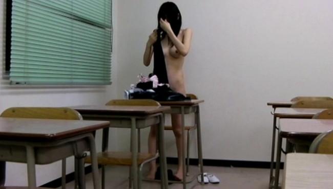 【おっぱい】少女マニアの悪徳教師が撮影した教室内スク水着替え盗撮映像に写り込んじゃった女の子たちのおっぱい画像がエロすぎる!【30枚】 10