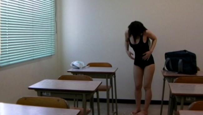【おっぱい】少女マニアの悪徳教師が撮影した教室内スク水着替え盗撮映像に写り込んじゃった女の子たちのおっぱい画像がエロすぎる!【30枚】 28