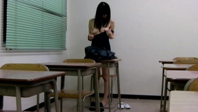 【おっぱい】少女マニアの悪徳教師が撮影した教室内スク水着替え盗撮映像に写り込んじゃった女の子たちのおっぱい画像がエロすぎる!【30枚】 30