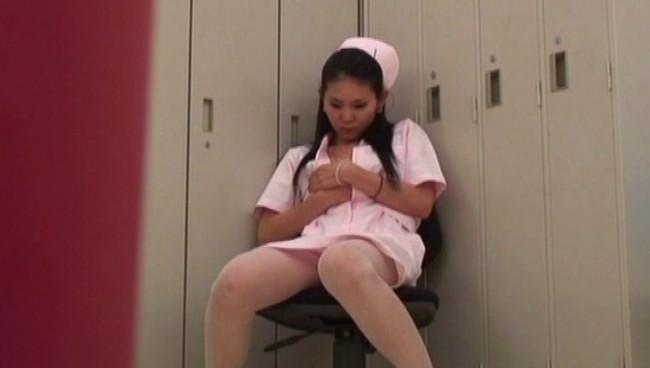 【おっぱい】とある病院の女子更衣室で卑猥な指使いでオナニーにふけっている看護師、ナースさんたちのおっぱい画像がエロすぎる!【30枚】 17