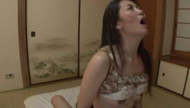 【おっぱい】ペチャパイだけど乳首はビンビン勃起!激しいセックスでイキまくっちゃう!貧乳微乳熟女さんたちのおっぱい画像がエロすぎる!【30枚】 30