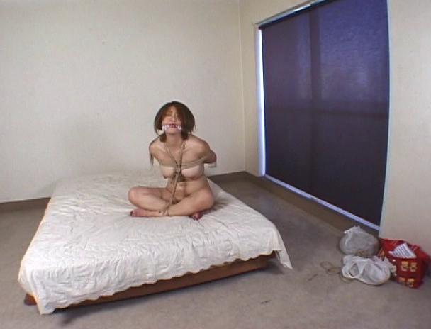 【おっぱい】恥ずかしいアソコを閉じられないことから恥辱縛りとも異名を持つ胡座縛りされる女の子たちのおっぱい画像がエロすぎる!【30枚】 20