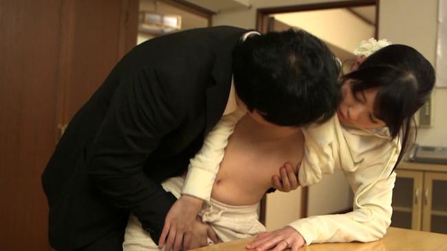 【おっぱい】薄着ノーブラパジャマ姿に目を奪われる!乳首ポッチが気になってエッチしちゃう同僚の奥さんのおっぱい画像がエロすぎる!【30枚】 13