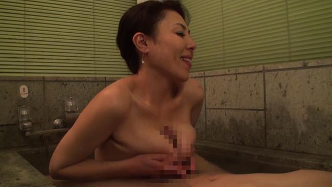 【おっぱい】二人っきりの混浴風呂で久しぶりに見た熟れた乳房に目が釘付けになり交わってしまう母親のおっぱい画像がエロすぎる!【30枚】 11