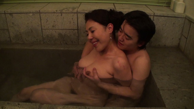 【おっぱい】二人っきりの混浴風呂で久しぶりに見た熟れた乳房に目が釘付けになり交わってしまう母親のおっぱい画像がエロすぎる!【30枚】 16